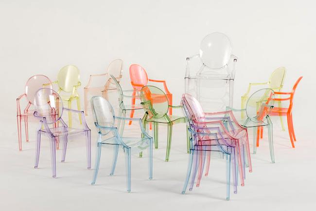 Разноцветные акриловые стулья