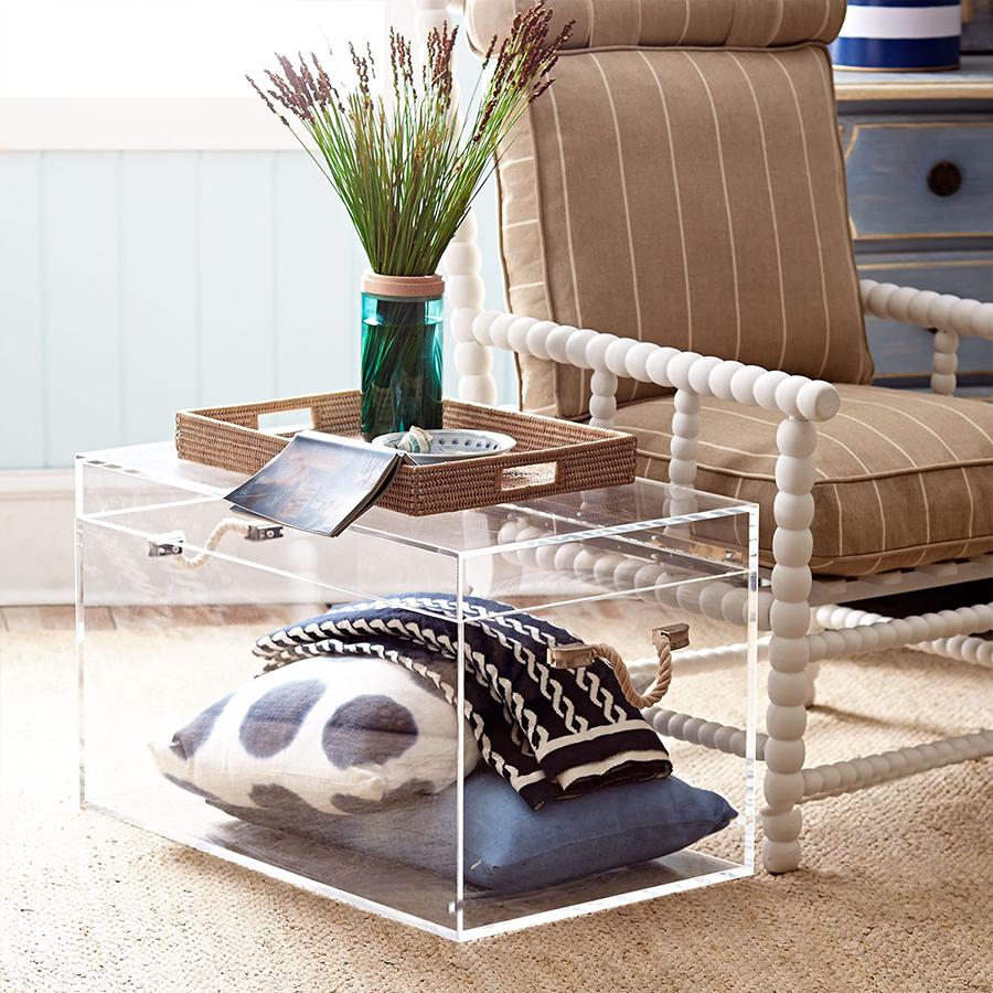 Стильный акриловый столик-тумба в интерьере гостиной