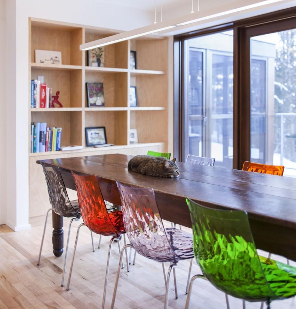 Знаменитые прозрачные стулья в интерьере