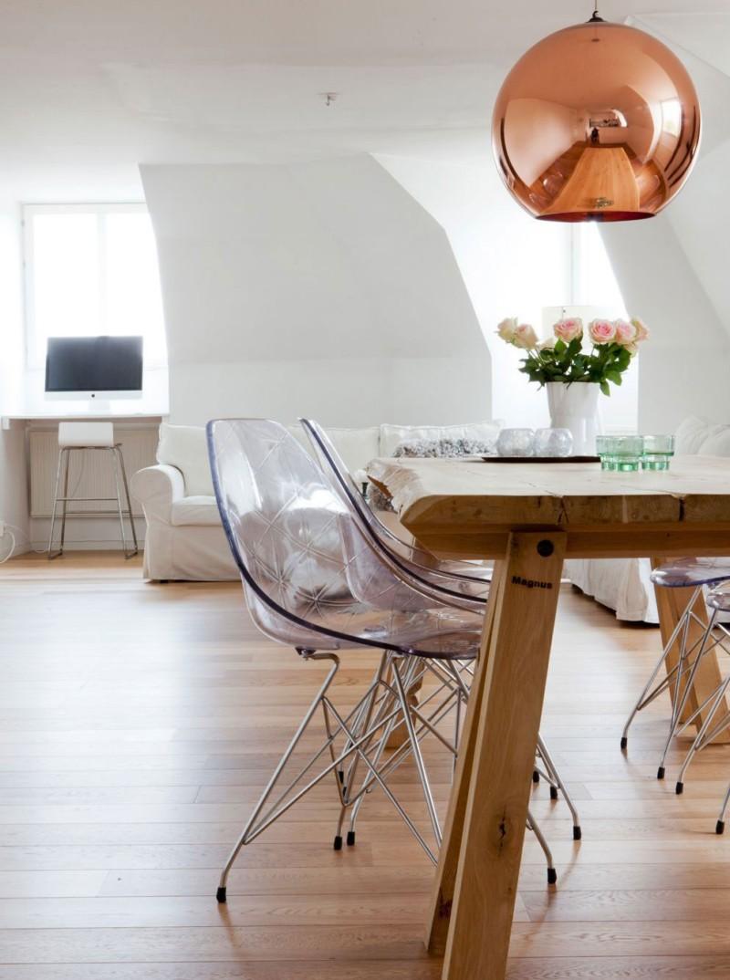 Яркие прозрачные стулья в интерьере