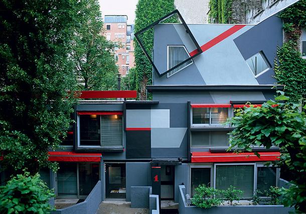 Парижский дом в сером цвете