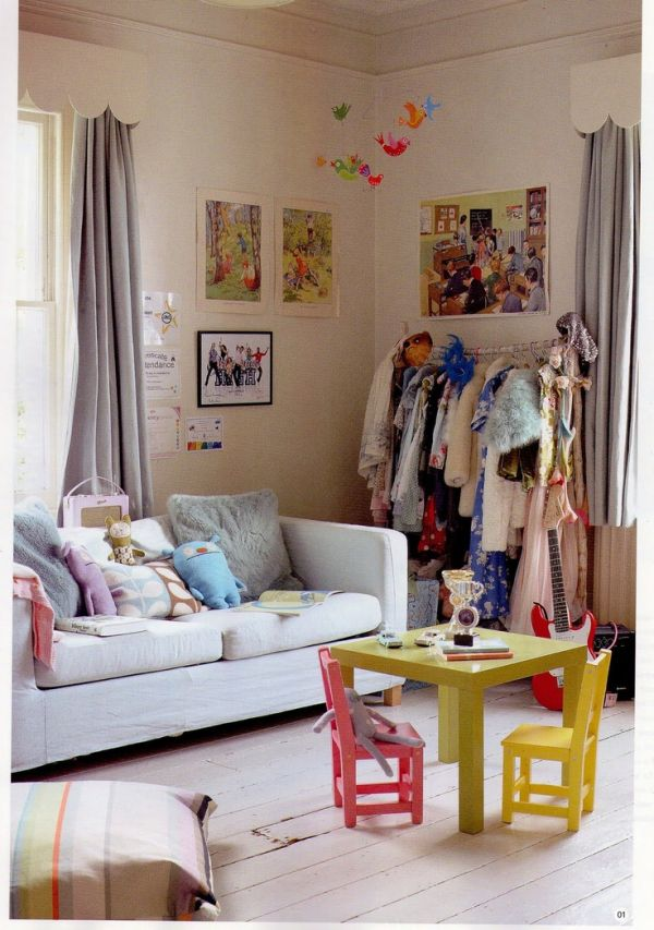 Дизайн интерьера гостиной с вешалкой для одежды