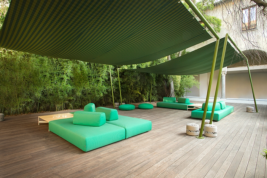 Красивая диваны и пуфики на террасе