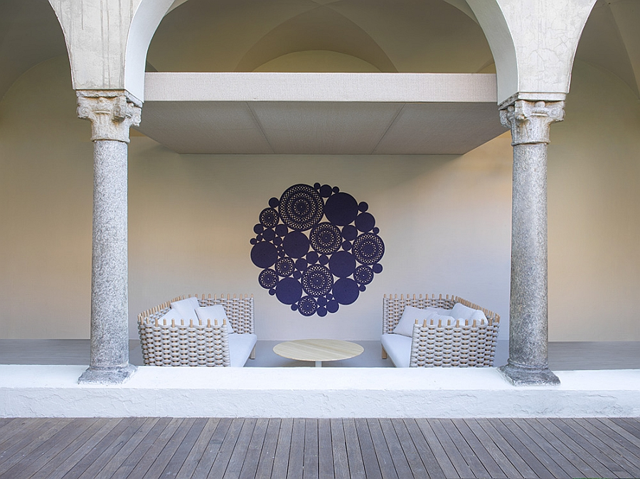 Плетёные диваны, картина и круглый стол на террасе