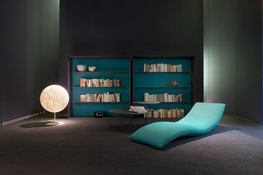 Классная софа, стеллажи, светильник в библиотеке