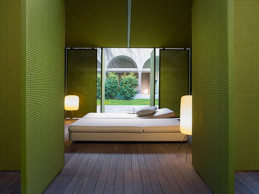 Чудная кровать и светильники на террасе