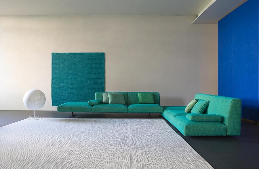 Оригинальные диваны с комплектом подушек в гостиной