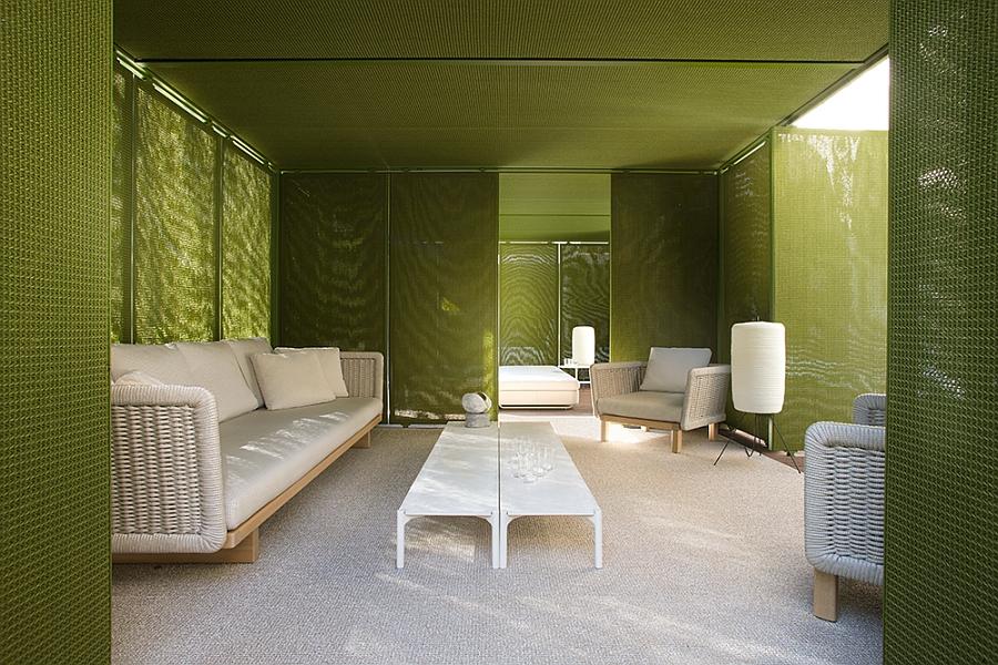 Белый диван, кресла и светильники на террасе