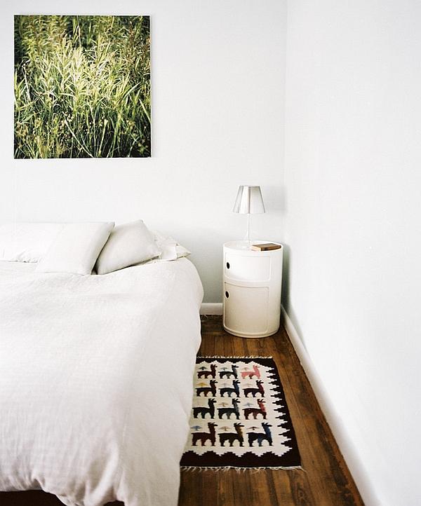 Маленькая настольная лампа в дизайне интерьера