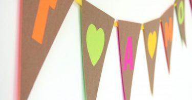 Весёлое поздравление на разноцветных флажках своими руками – прекрасное украшение к любому празднику