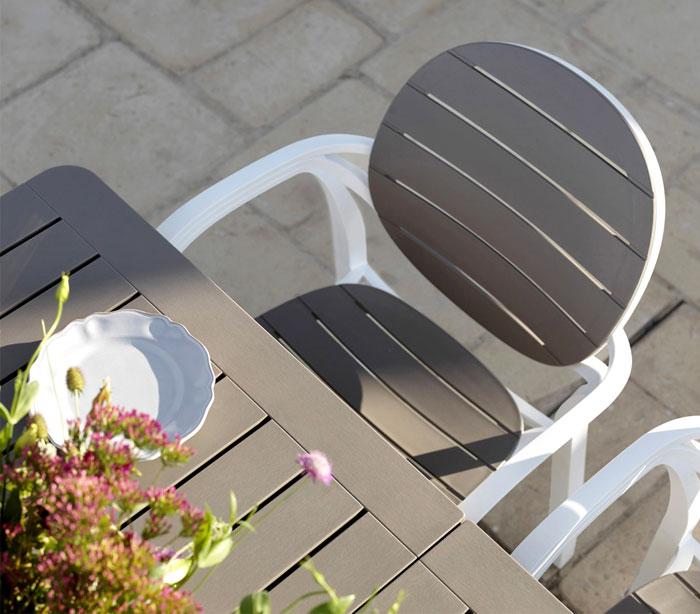 Уличная деревянная мебель для дачи: серо-бежевые стулья