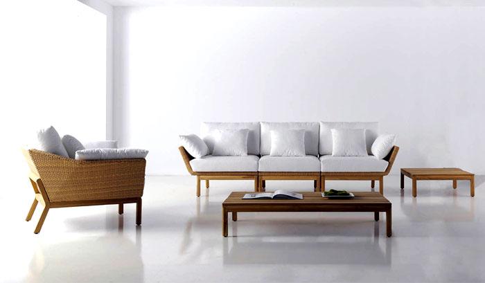 Уличная садовая мебель: белая обивка дивана и кресла