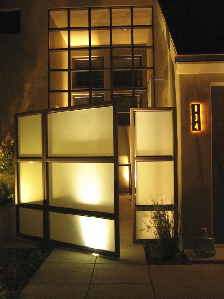 Яркое освещение фасада