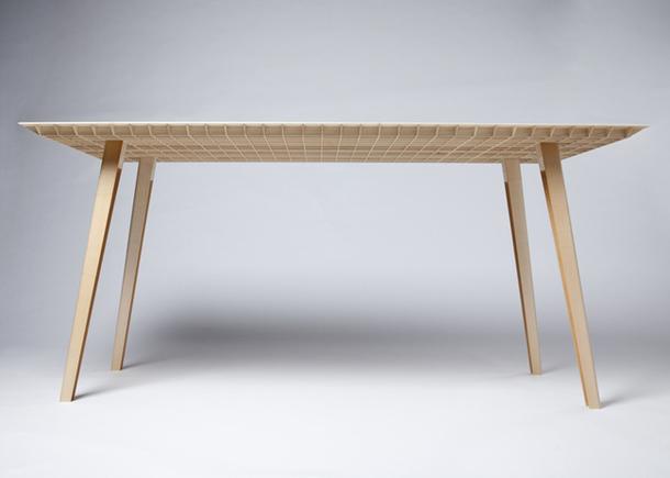 Невероятно легкий стол, который можно поднять одной рукой
