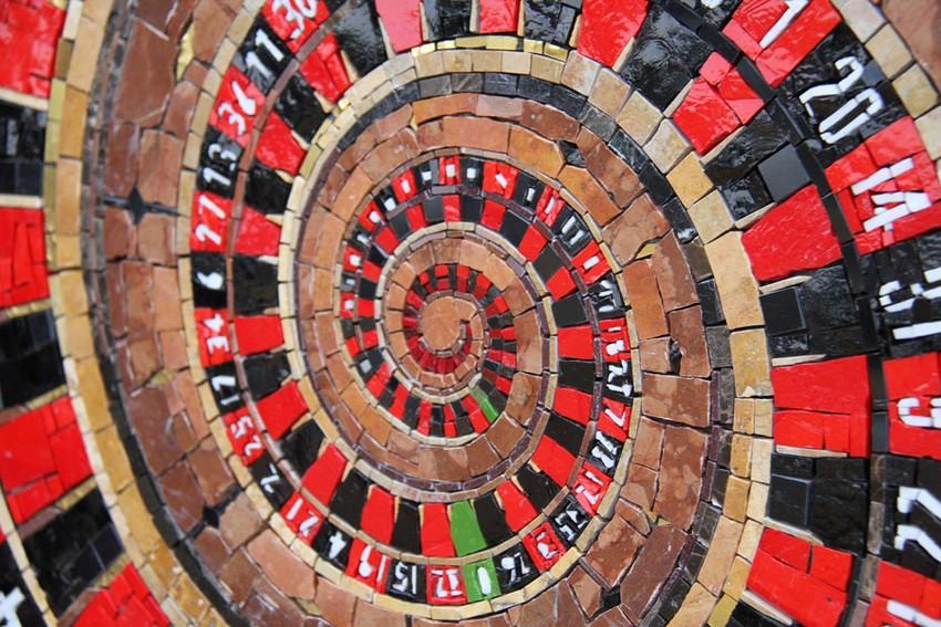 Изделие от компании Friul Mosaic на стене
