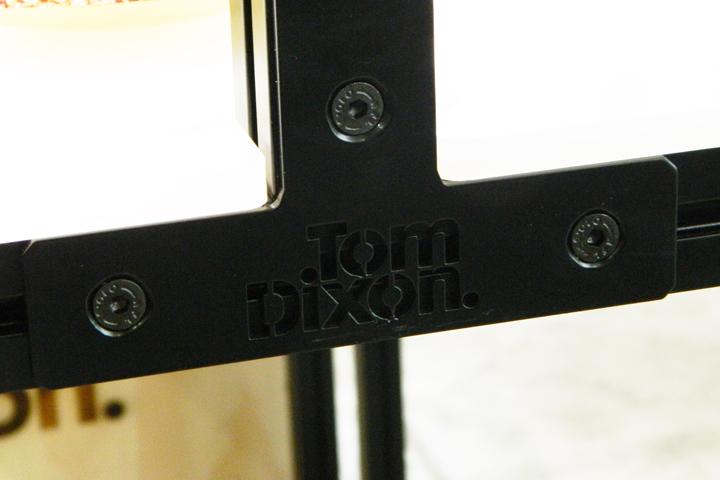 Надпись Tom Dixon на элементе модульной системы Unibox