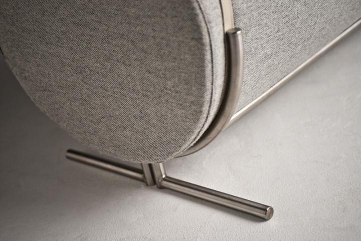 Металлическая ножка в диване Slashed от Charlotte Kingsnorth