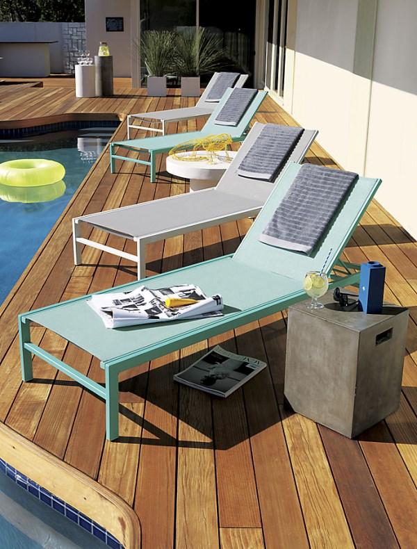Дизайнерские лежаки на террасе у бассейна