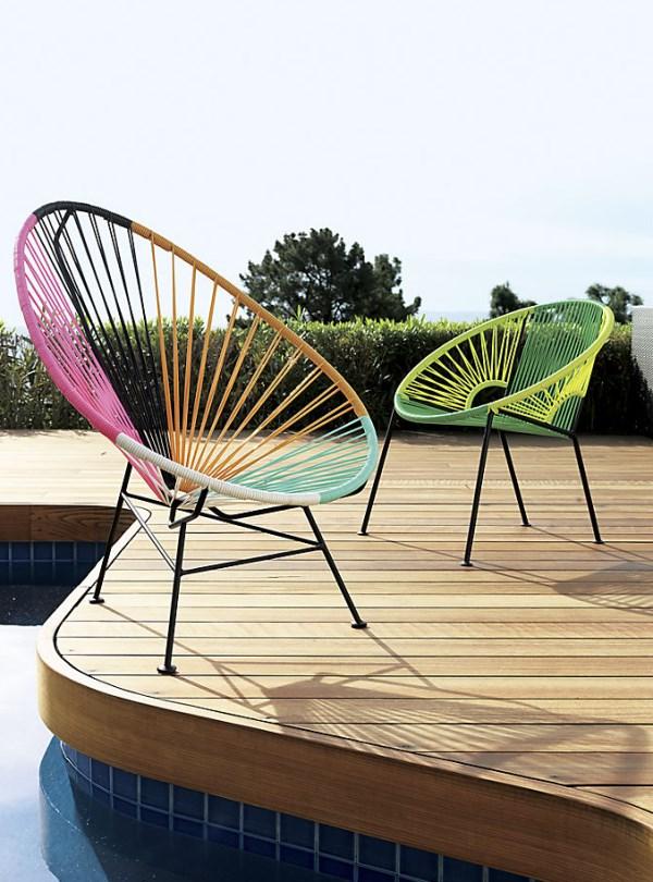 Дизайнерские яркие стулья на террасе у бассейна