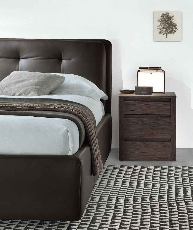 Красивая кровать с тумбочкой по левой стороне