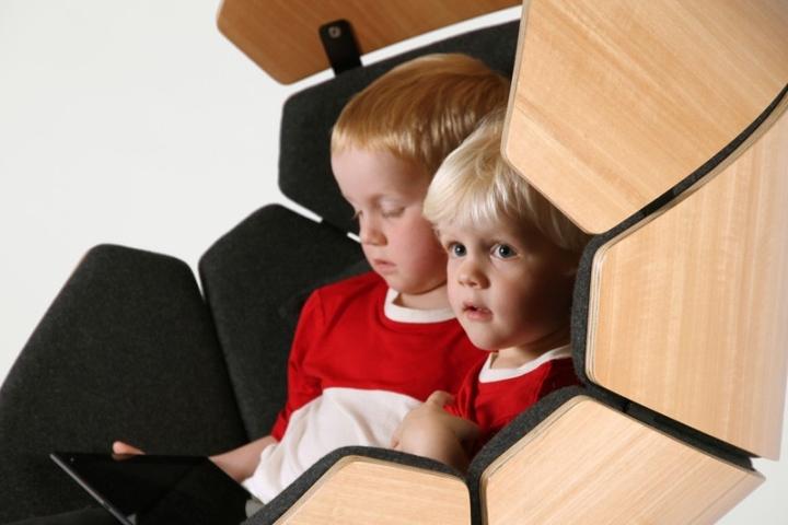 Дети в кресле Hideaway от Think & Shift