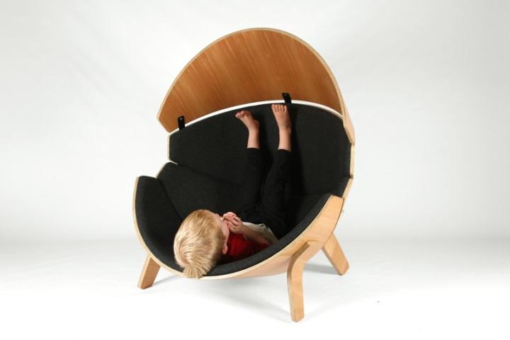 Ребенок в кресле Hideaway от Think & Shift