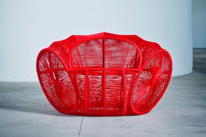Необычное ярко-красное кресло Caçua̒ от Se̒rgio J. Matos