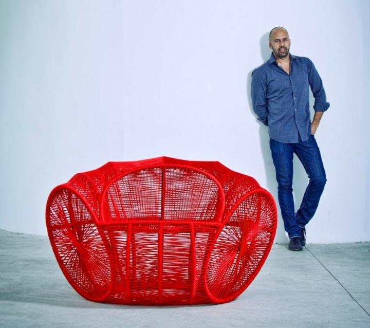 Чудесное ярко-красное кресло Caçua̒ от Sergio J. Matos