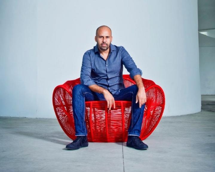 Прекрасное ярко-красное кресло Caçua̒ от Se̒rgio J. Matos