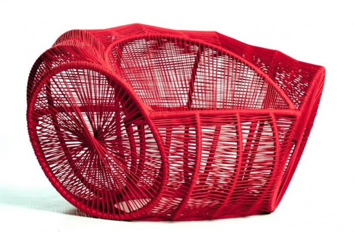 Красивое ярко-красное кресло Caçua̒ от Se̒rgio J. Matos