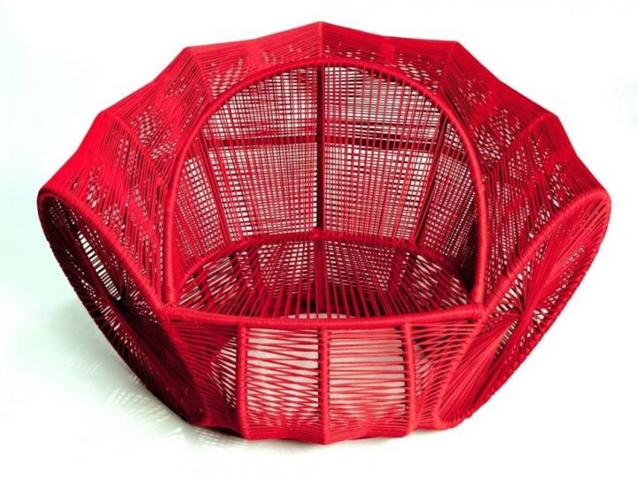 Восхитительное ярко-красное кресло Caçua̒ от Se̒rgio J. Matos