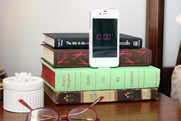 Зарядные устройства спрятаны внутри книг