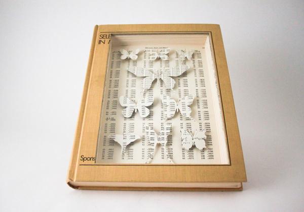 Чудесный бумажные и искусственные бабочки в футляре из книги