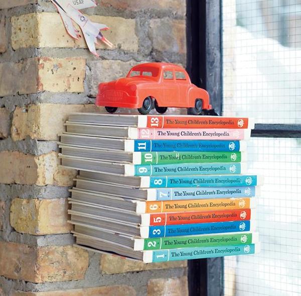 Учебники в ряд на стене
