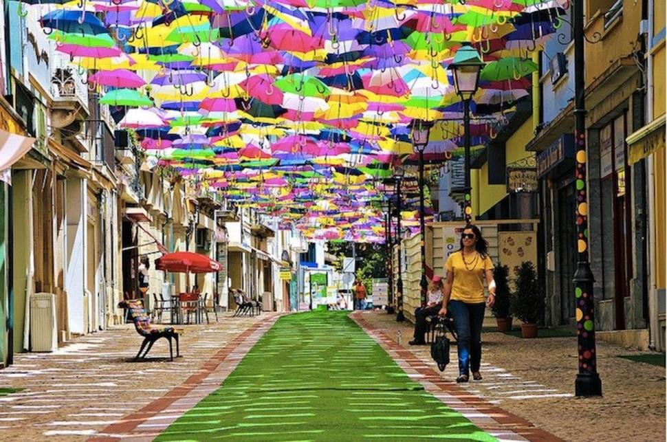 Крыша, созданная из зонтиков