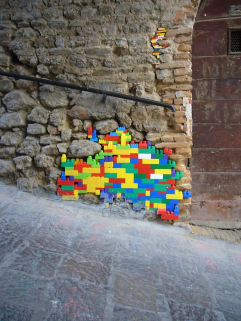 Трещины на стене, декорированные конструктором Лего