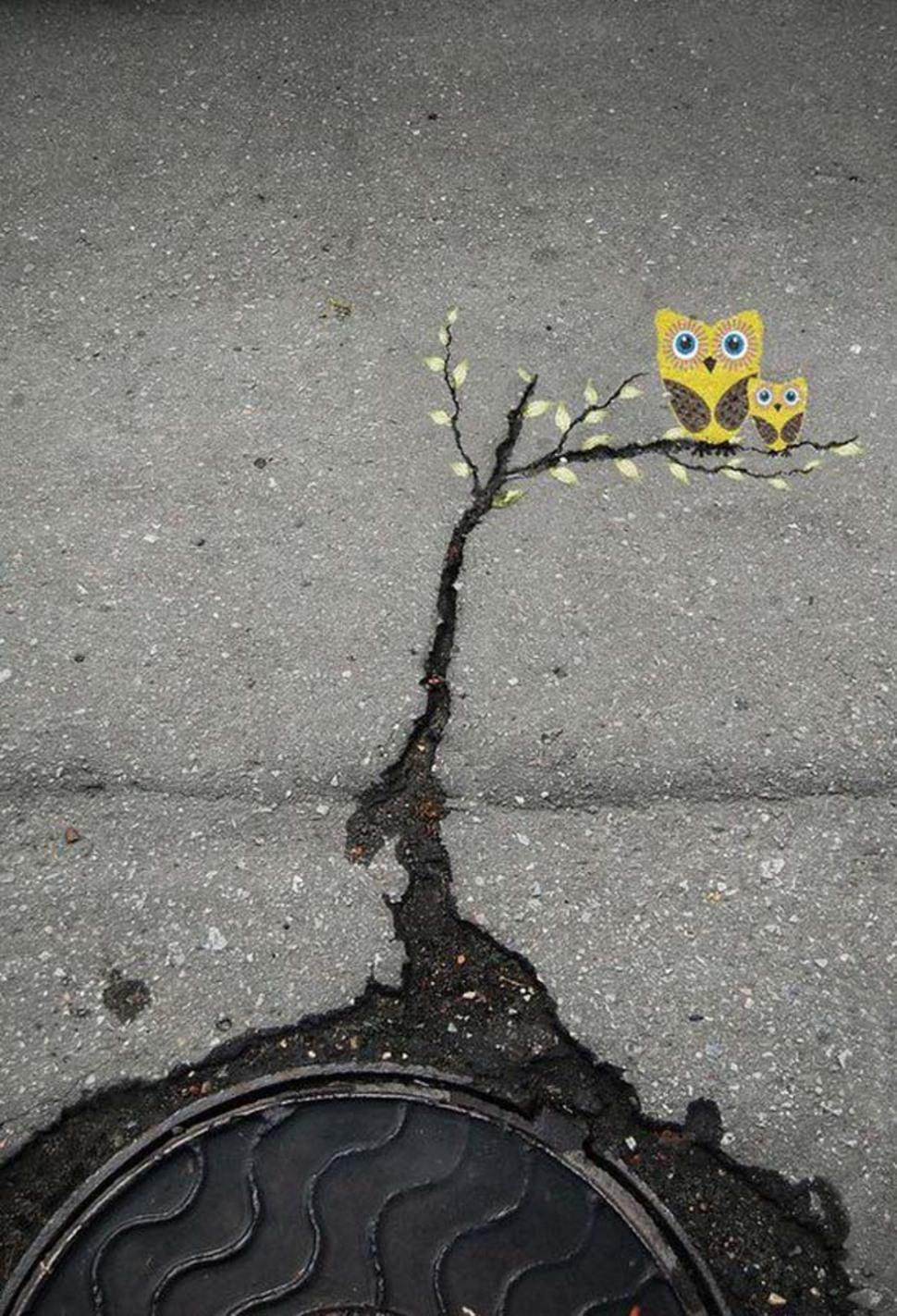 Разукрашенная трещина на тротуаре
