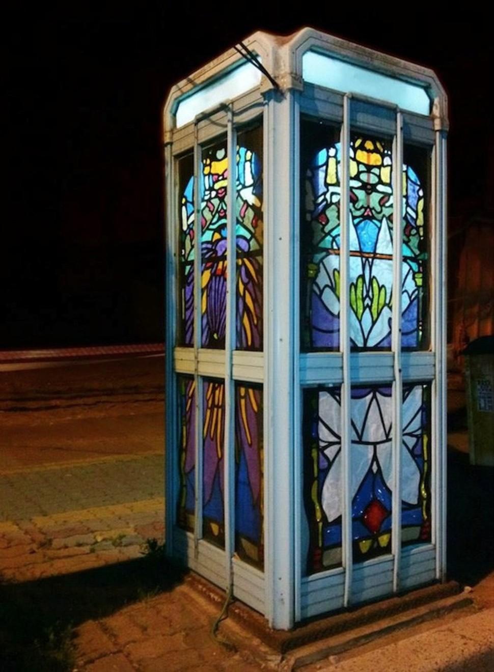 Будка телефона-автомата с витражами от Jesse Olwen