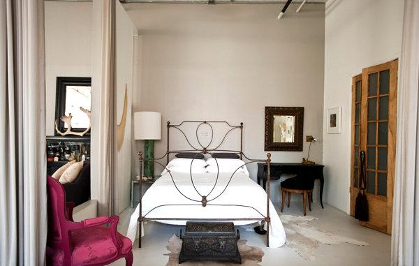 Замечательный интерьер спальни в стиле лофт