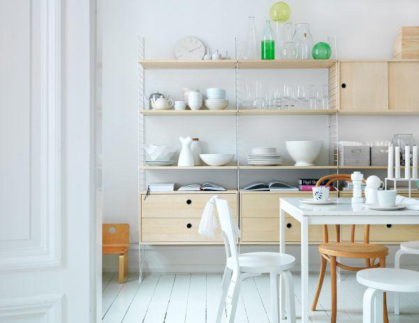 Белый стол и стул в столовой