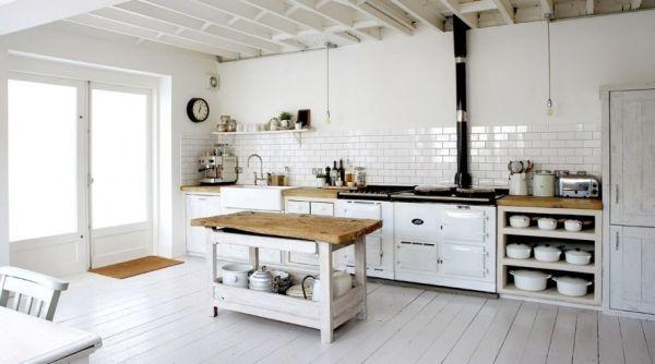 Белые стены и пол на кухне