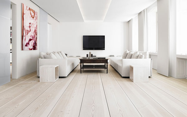 Белые стены и потолок в гостиной