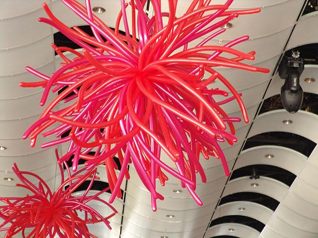 Яркое украшение из воздушных шаров ко Дню Святого Валентина