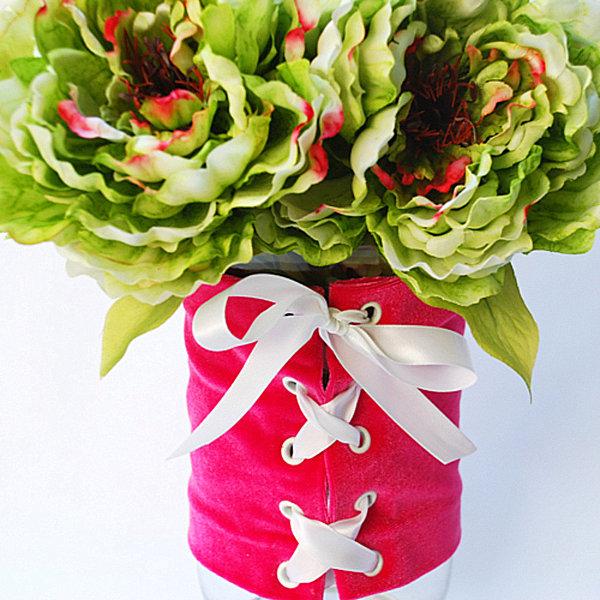Сногсшибательный корсет с лентами для вазы