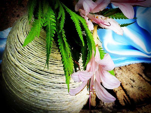 Цветы в джутовой вазе