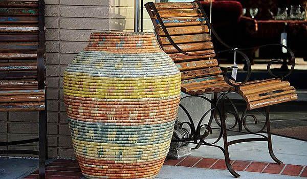 Большая ваза, обмотанная канатом