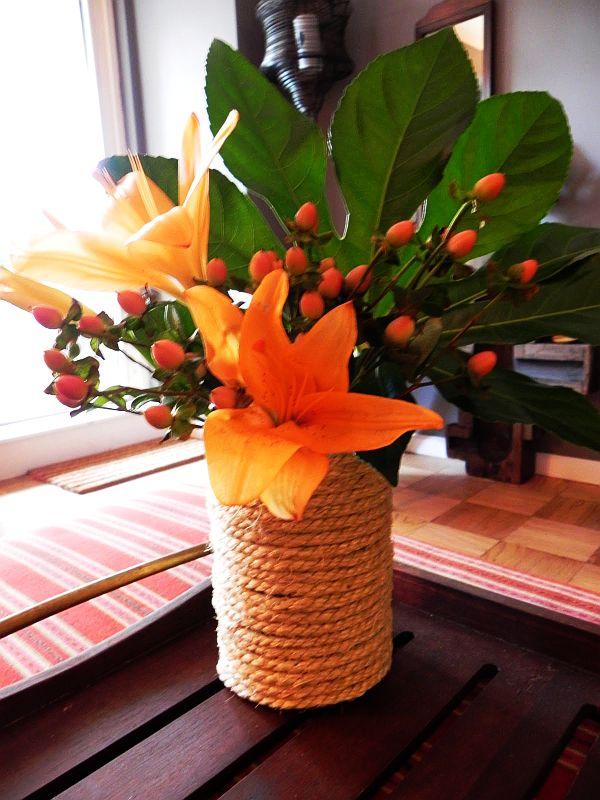 Цветы в канатной вазочке