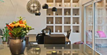 Создаём мягкую и спокойную атмосферу: вазы с цветами в интерьере жилья