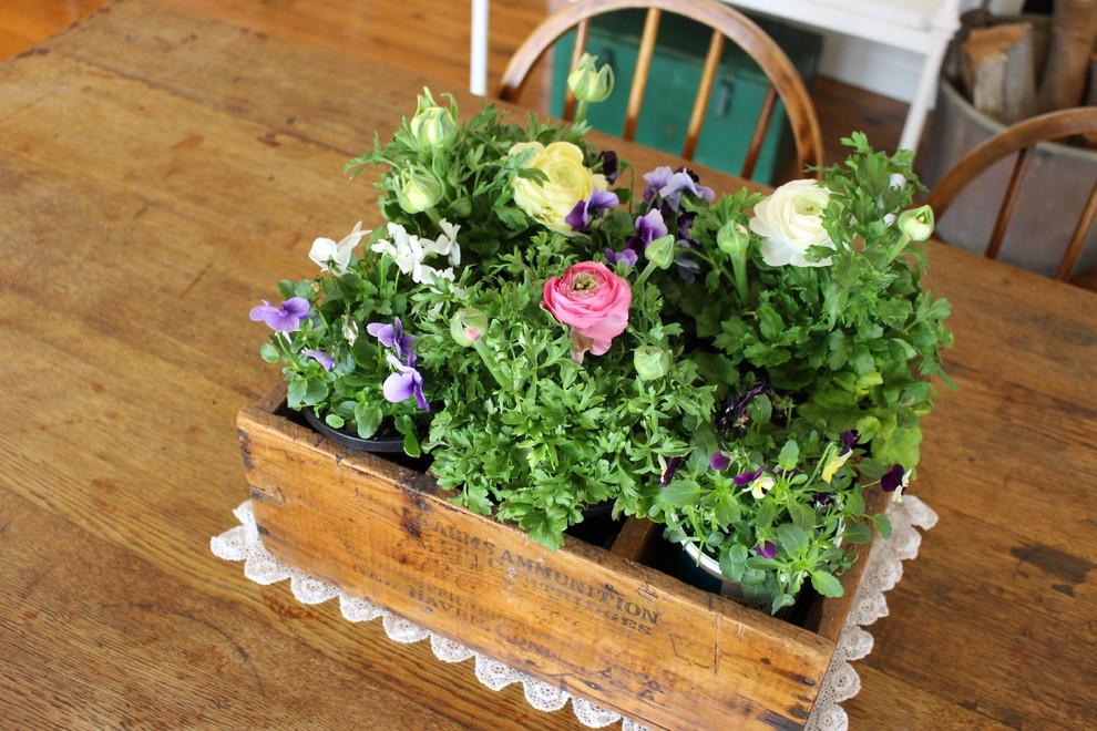 Живые цветы в деревянном кашпо в интерьере