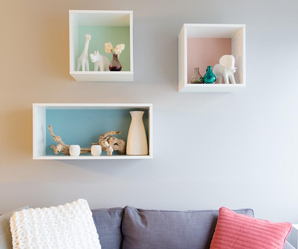 Дизайн белых полок на стене в интерьере гостиной